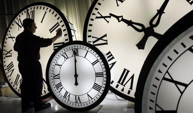 В Україні перейшли на зимовий час: котра тепер година