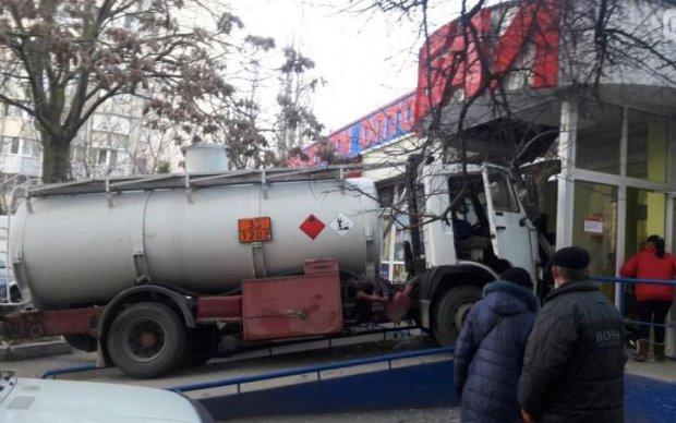 Одесситы в ужасе: бензовоз на полном ходу влетел в магазин