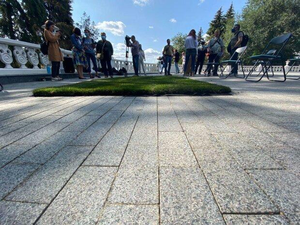 """В саду Шевченка в Харкові з'явився незвичайний газон: """"Ідеально для обіднього сну"""""""