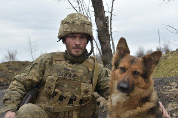 Військовослужбовець Данило і вівчарка Міна, facebook.com/pressjfo.news