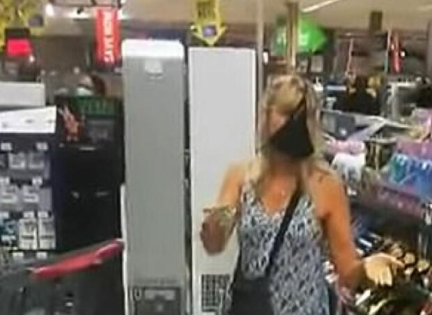 Трусики на лице женщины в супермаркете ЮАР, скриншот: YouTube