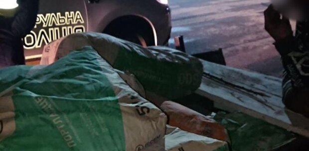 На Закарпатті банда ромської національності навантажила віз краденим цементом - бідні конячки
