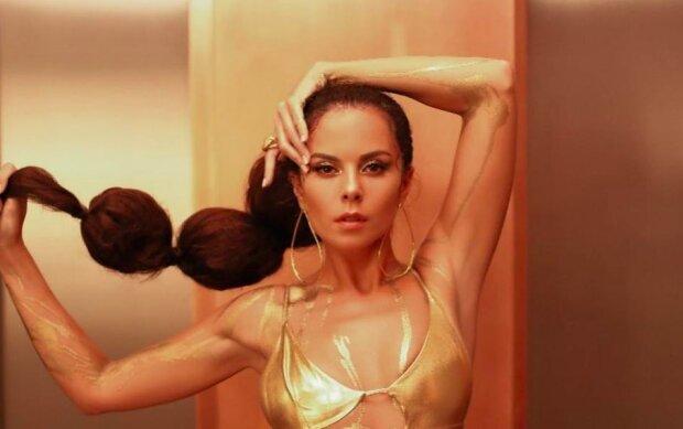 Дерзкая кудряшка Настя Каменских превратилась в женскую версию Маугли, горячие кадры в бикини