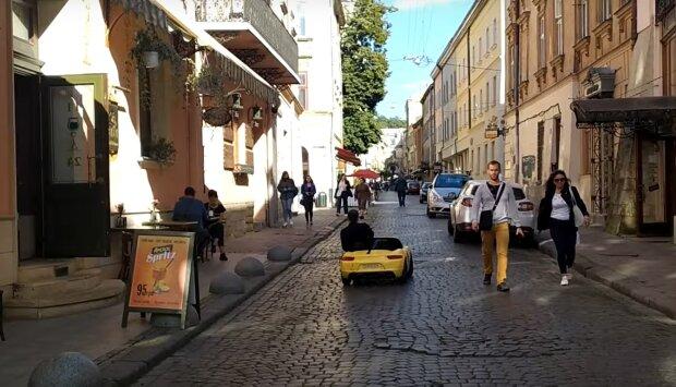 """""""Это пробник"""": во Львове мужчина рассекает по улицам на крошечном Lamborghini"""