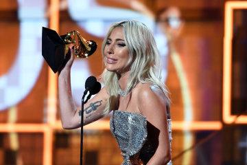 """Леді Гага вразила публіку на врученні Греммі: сукня з """"рибної луски"""", а декольте - до пупка"""
