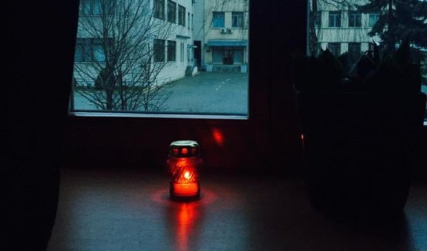 У вікнах АП запалили свічки пам'яті по жертвах Голодомору (фото)