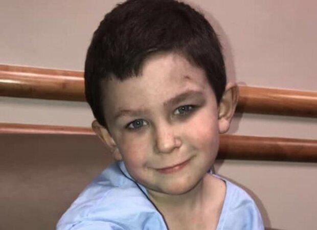 Пятилетний мальчик вынес из пылающего дома маленькую сестричку и вернулся за собакой: герою аплодирует весь мир