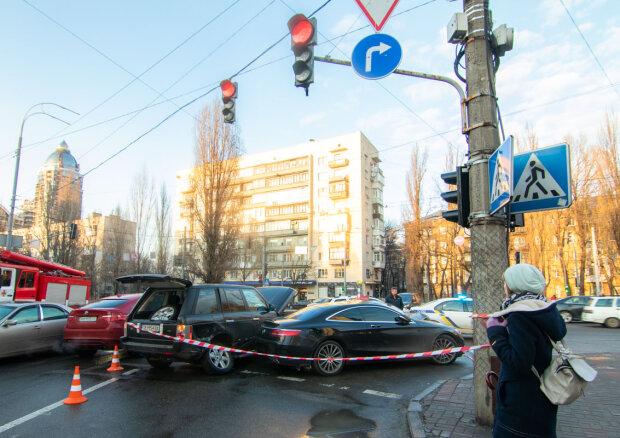 Масштабна ДТП у Києві паралізувала рух: чотири машини – на друзки, медики роблять все можливе