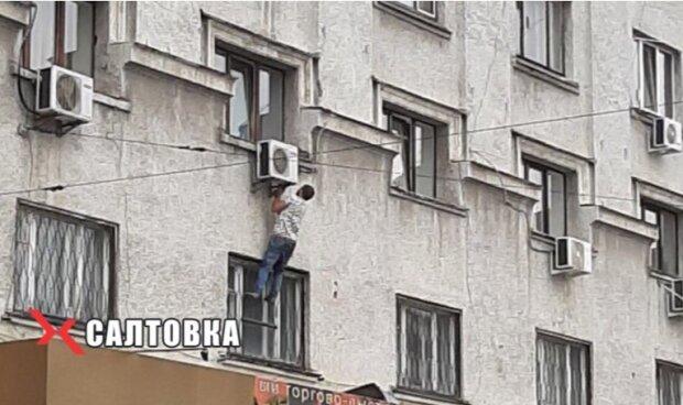 Мужчина в Харькове повис на кондиционере, скриншот