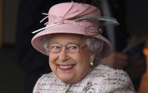 Королева зробила Меган Маркл царський подарунок: фото