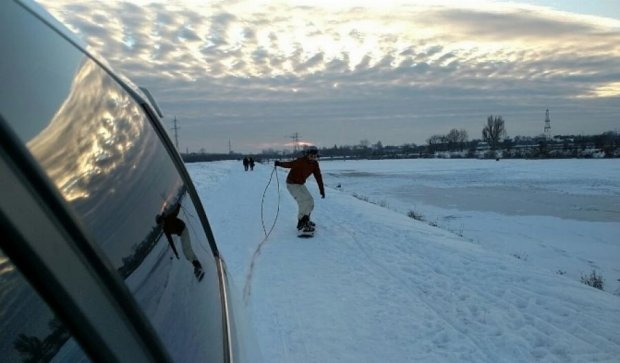 Сорвиголовы катаются на замерзшем озере в Ивано-Франковске (видео)