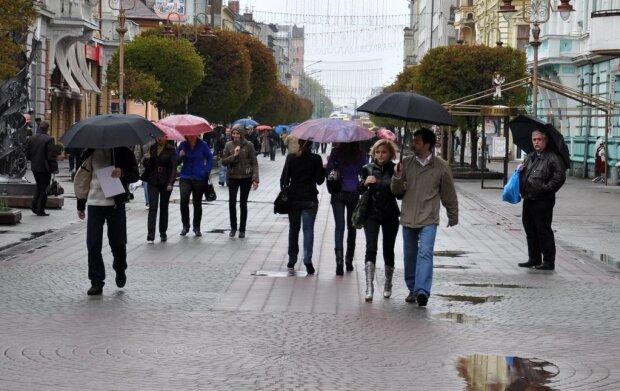 Стихія перетворить Франківськ на місто мокрих ніг: синоптики вручили українцям парасольки 25 вересня
