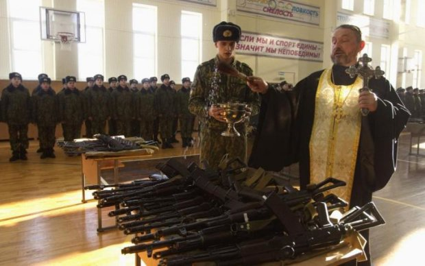 Православні виродки: московський піп дав залп по Богу з Калаша