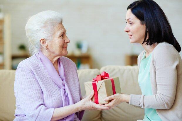 Подарок маме на Новый год: лучшие идеи подарков от дочки или сына