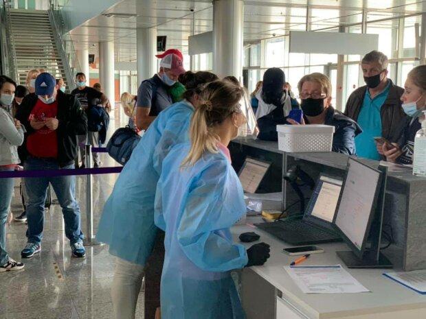 """В аэропорту Львова пассажиров """"сканируют"""" на китайский вирус"""