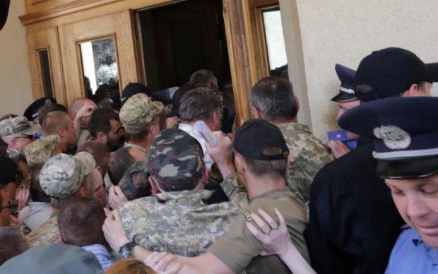 Націоналісти увірвалися до Львівської облради: постраждав буфет