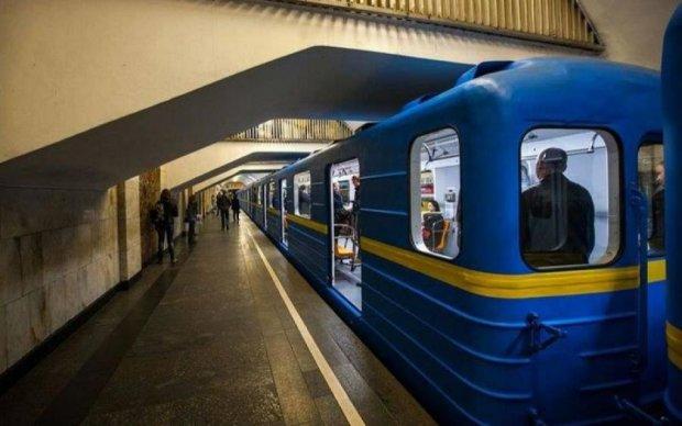 Киянин у метро показав, як зігріти череп