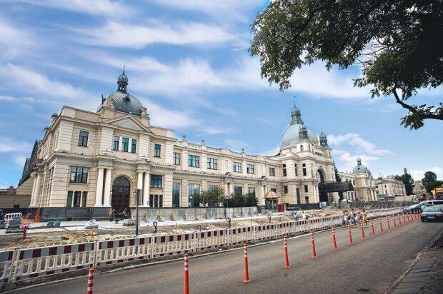 Бежали, кто куда: во Львове сотни людей эвакуировали с вокзала из-за угрозы теракта