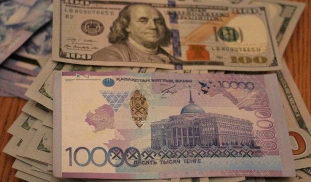 Вклады населения Казахстана переводят в доллары