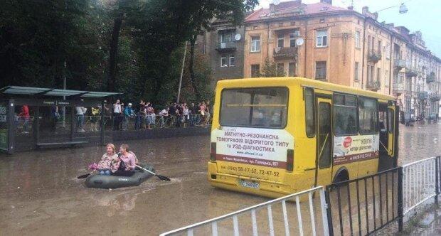 """Львовяне высмеяли """"метеозависимые"""" трамваи Садового - """"Только дождь - все стоит"""""""