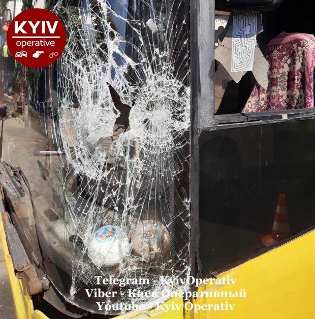 """В Киеве маршрутчик в погоне за пассажирами протаранил троллейбус - """"Повезло, что не в голову!"""""""