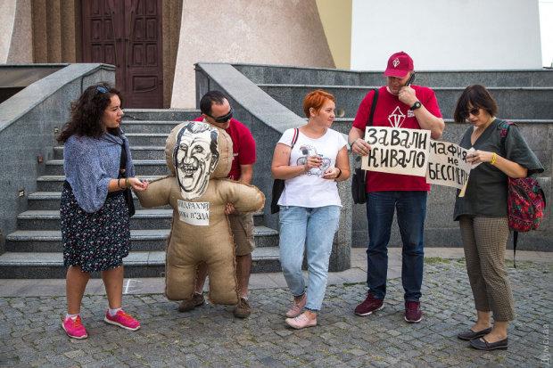"""Одесити зробили з Ківалова ляльку вуду: корупцію """"вбивали голками"""", - дикі кадри"""