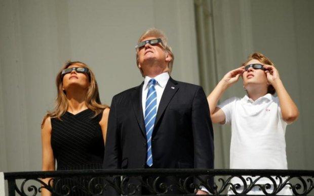 Солнечное затмение выгнало на улицу Трампа с семьей