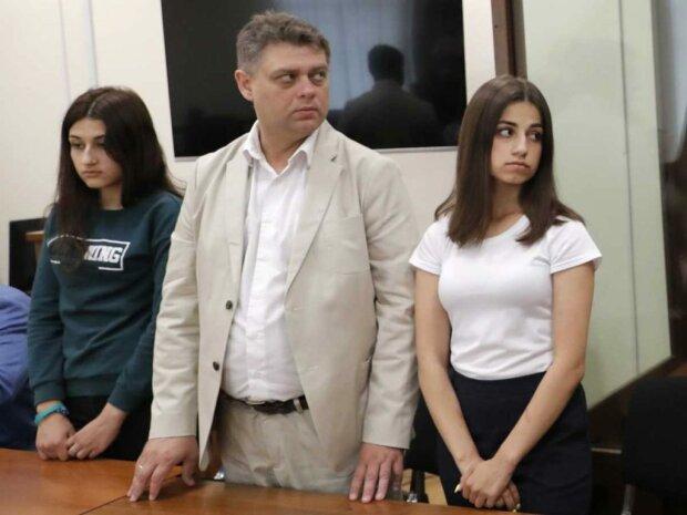 """Молодша із сестер Хачатурян показала на відео вбивство батька-тирана: """"У неї був молоток, у мене був ніж"""""""