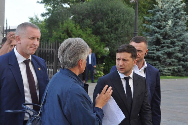 """Зеленського поставили у глухий кут провокаційним подарунком, його реакцію треба бачити: """"Де ви це взяли? Це жах"""""""