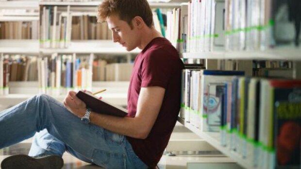 Парень с книгой, Фото: depositphotos.com