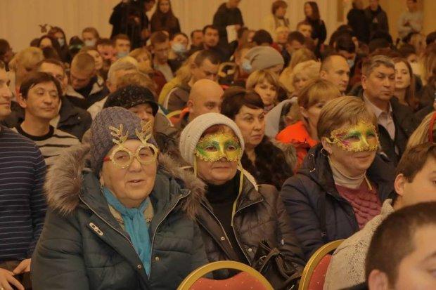 Толпы пенсионеров и карнавальные маски: в Днепре встреча партии УКРОП превратилась в фарс