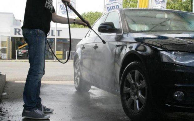 П'яний неадекват на BMW розніс автомийку і вбив працівника