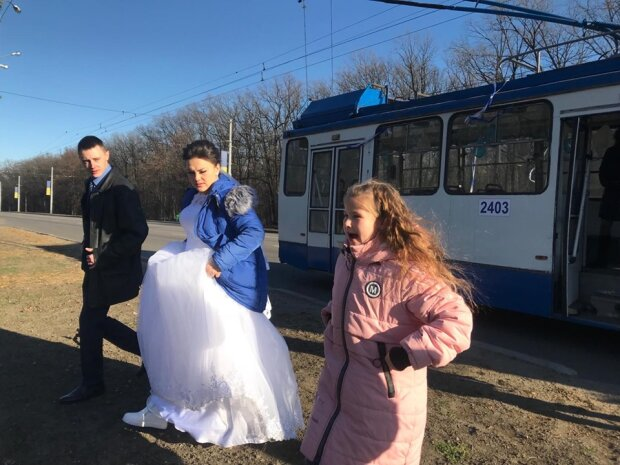 """Просто на робочому місці: в Харкові пара зіграла весілля в громадському """"лімузині"""", фото"""