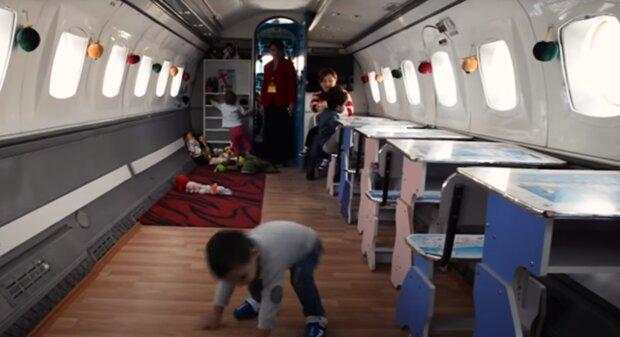 Дитячий сад в літаку, скріншот: Youtube