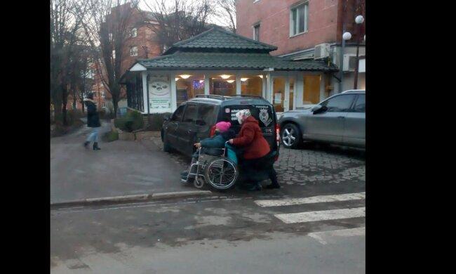 """На Буковині олень парковки змусив жінку мучитися з інвалідним візком, злості не вистачає: """"Купив за шматок сала"""""""