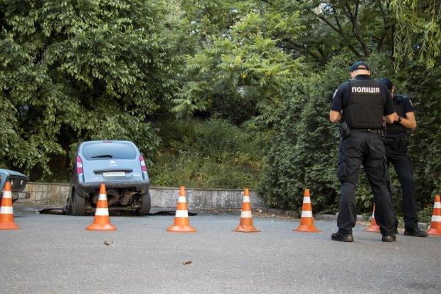 В Киеве машины исчезают под землей: дорожный хоррор попал на видео