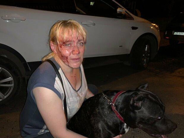 В Черновцах изверг избил женщину с собакой посреди улицы — выгуливала без намордника