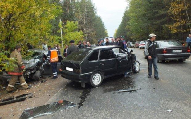 """Потрійна аварія в Харкові: винуватець """"загримів"""" до лікарні"""