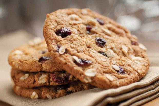 Универсальный рецепт овсяного печенья с шоколадом и сухофруктами