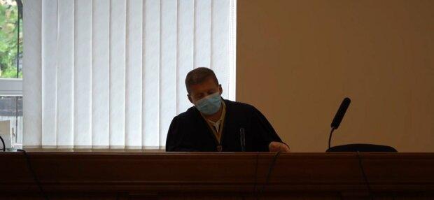 Хмельницький суд не може відправити повістки - немає грошей на конверти