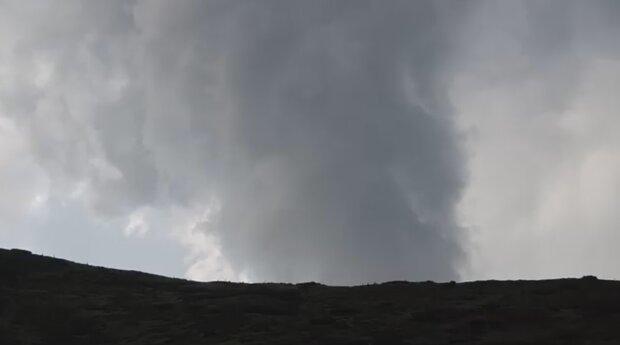 Мощный смерч пронесся по Прикарпатью — дождь, гроза и град с куриное яйцо