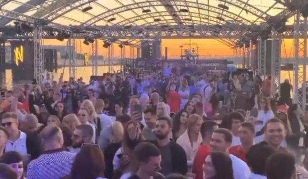 В Києві елітний клуб влаштували масштабну вечірку з сотнями людей – Кличко не помітив