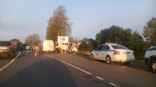 Ад на дороге: микроавтобус влетел в грузовик, десятки тел лежат под открытым небом, изувеченный металл горит