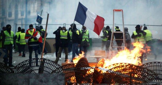"""""""Желтые жилеты"""" громят Париж с утроенной силой: десятки задержанных, напряжение растет"""