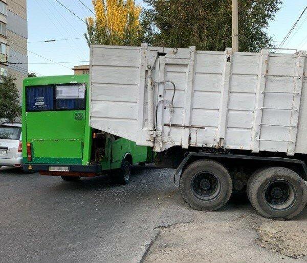 В Запорожье мусоровоз влетел в маршрутку с людьми: кадры фатального ЧП