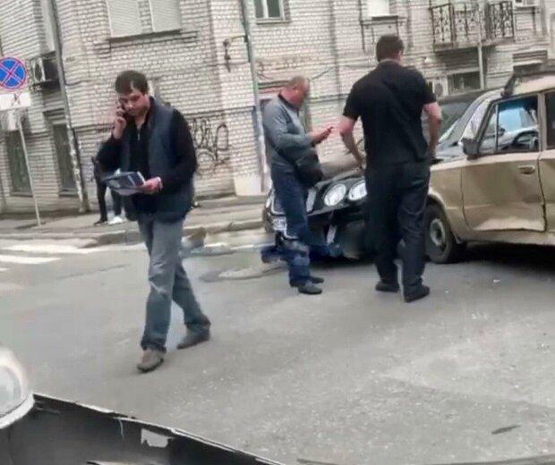 """У Дніпрі старенький """"Жигуль"""" протаранив елітний Bentley - дуже боляче, особливо водієві копійки"""