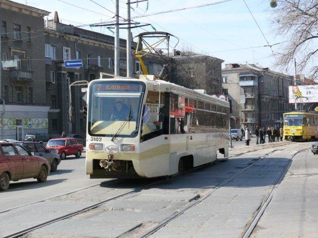 В Харькове трамвай на полной скорости сошел с рельсов прямо на людей: фото