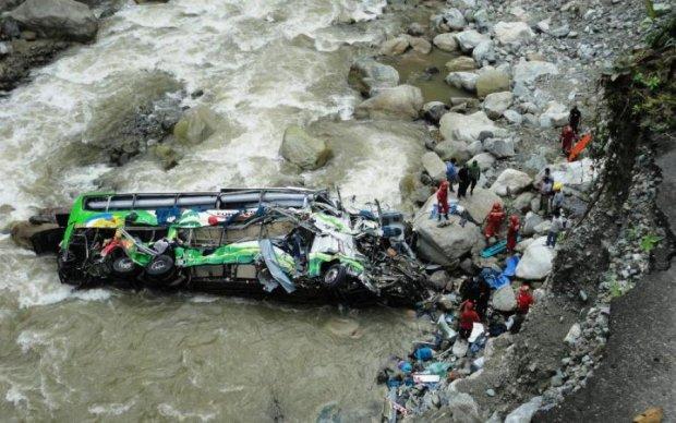Переполненный автобус рухнул с моста, десятки жертв