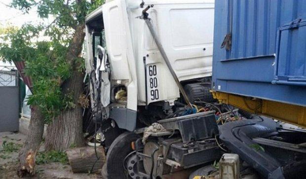 В Одессе грузовик въехал в частный дом (фото)