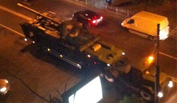 Ночью по улицам Киева прошла колонна военной техники (фото)